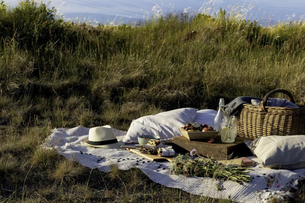 Piknik a szabadban: romantikus vacsora finomságokkal.